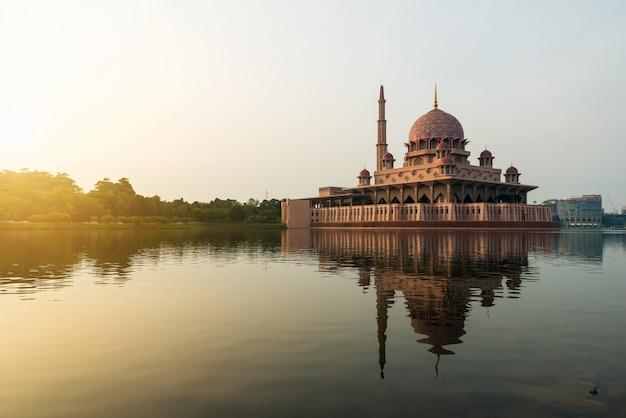 マレーシア、クアラルンプールの日光浴の間のプトラジャヤのモスク。