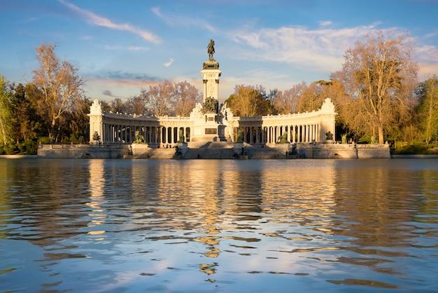 スペイン、マドリードのレティーロ市立公園の記念碑での日没時間。