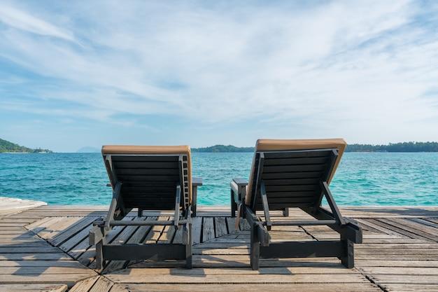 プーケットのリゾートのラウンジチェアで完璧な夏の熱帯の楽園ビーチ