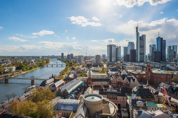Вид на горизонт в центральном деловом районе во франкфурте, германия. франкфурт - финансовый