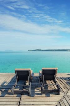 タイ、プーケットのリゾートでのラウンジチェアとの完璧な夏の熱帯の楽園ビーチ。