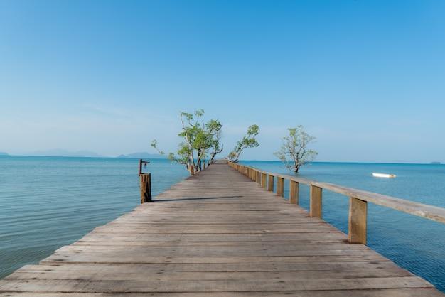 タイプーケットのボートで木製の桟橋。夏、旅行、休暇、休暇の概念。