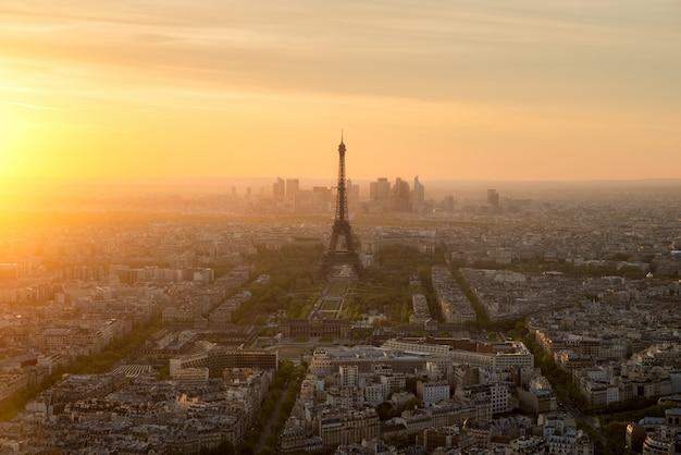 フランス、パリの夕暮れ時のパリとエッフェル塔の空撮。