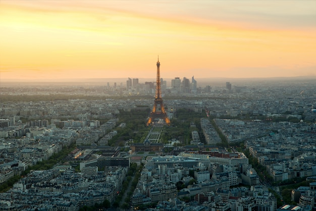夕暮れ時、パリ、フランスの美しい景色エッフェル塔。