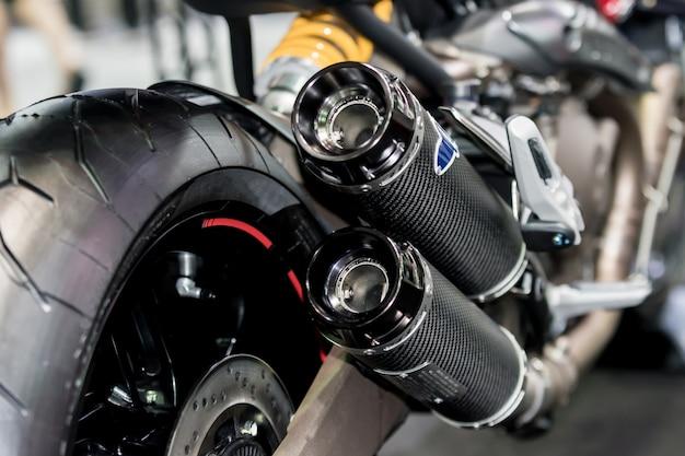 レーシングバイクの排気または吸気のクローズアップ。オートバイのローアングル写真。