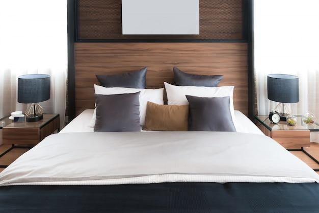 Интерьер роскошной спальни в доме или гостинице с лампой. концепция интерьера спальни.