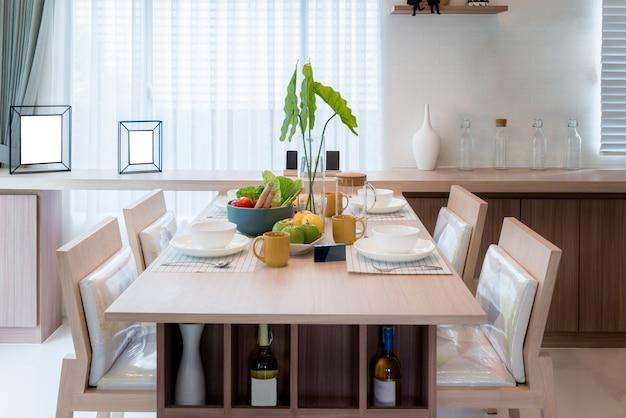 木製のテーブルとモダンなダイニングルームの椅子自宅のダイニングルームのインテリア。