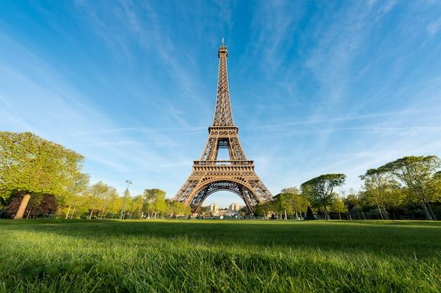 フランス、パリのエッフェル塔の日の出。エッフェル塔はフランスのパリで有名な場所です。