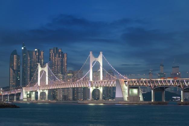 韓国の釜山でバックグラウンドで釜山市と観光橋。
