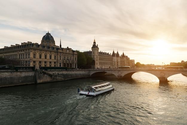 夕日とパリのセーヌ川のボートツアー。フランス・パリ