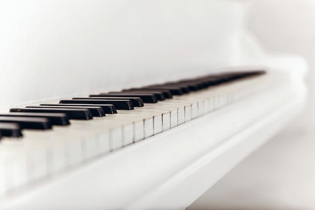 黒と白のピアノの鍵のクローズアップ。対角線のタイプ