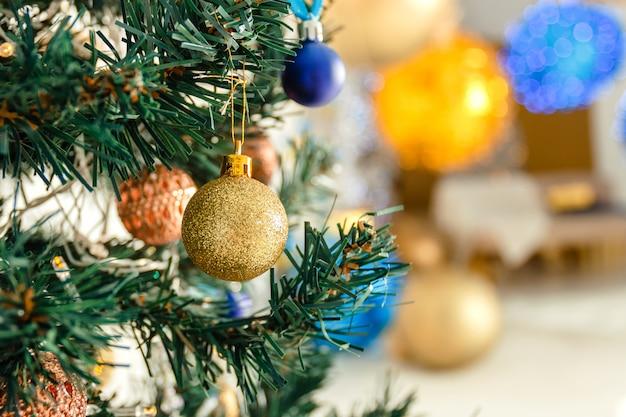 クリスマスの背景 - ボールは、背景のソフトフォーカスのクリスマスツリーブランチに。