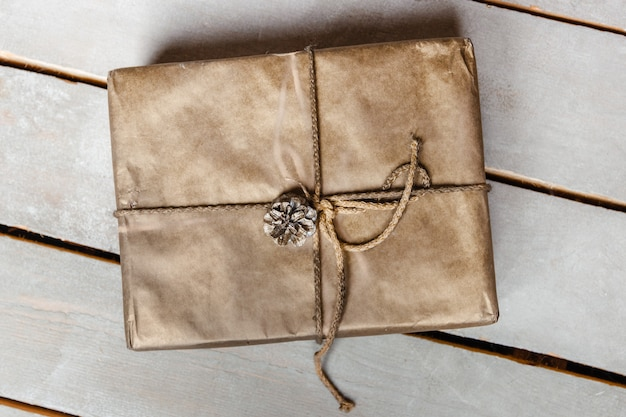 クラフト紙の箱に紐や糸が縛られています。ギフトコンセプト。