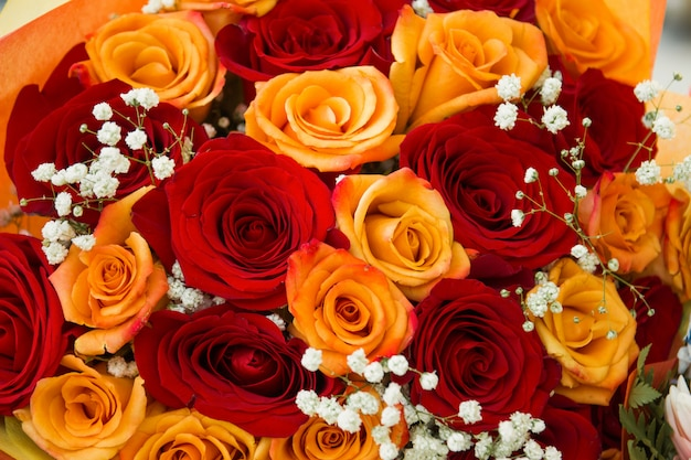 ナチュラルな赤いバラの背景。バラの花束