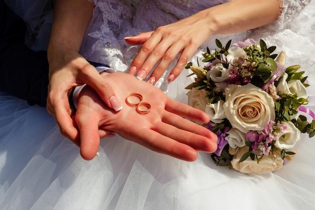 手と、ただの夫婦のリングは、バックグラウンドでソフトフォーカスしています。