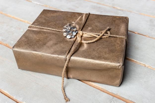 クラフト紙の上の箱に紐やひもギフトの概念上面図