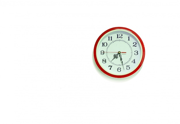 古典的な赤い丸い壁掛け時計/白い背景で隔離の壁掛け時計
