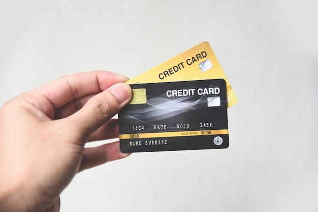 クレジットカードの買い物のコンセプト - クレジットカードでの支払いを持っている手