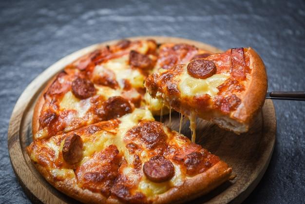 木製のトレイにピザのスライス