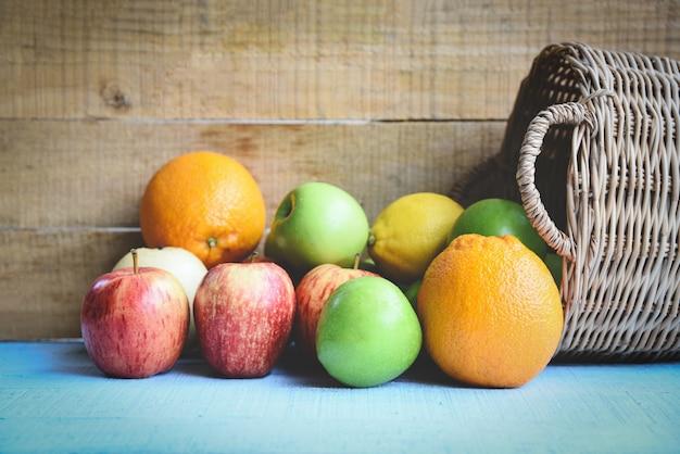 Свежие летние фрукты в корзине на деревянный стол