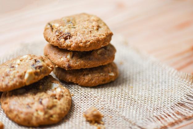 乾燥スグリと袋の上のナッツのクッキー