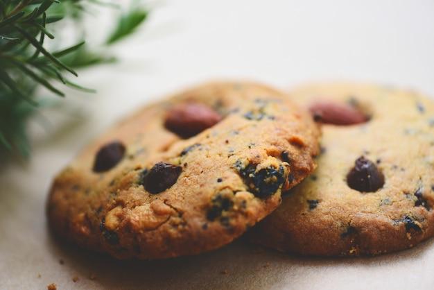 Печенье с кусочками шоколада и орехом на столе