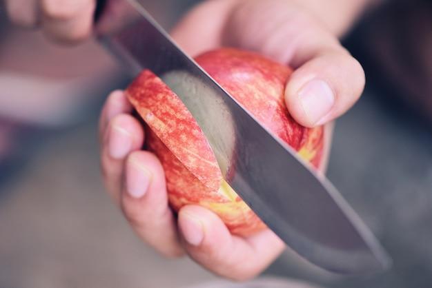 Рука держит нарезанный яблочный фрукт