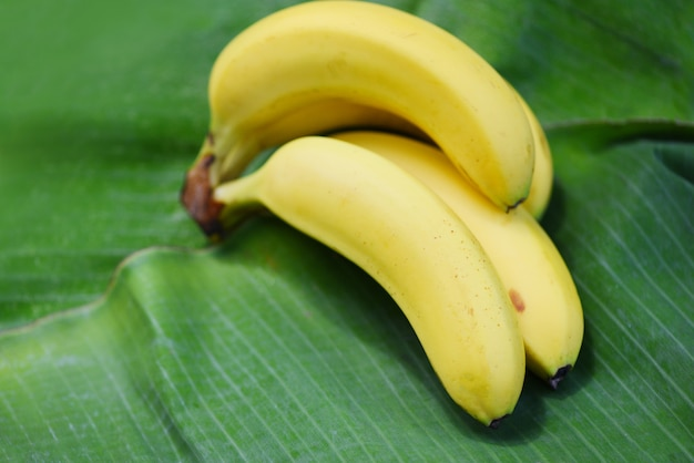 Банан на банановом листе