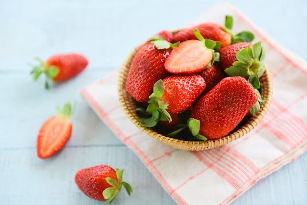 新鮮なイチゴ - 熟した赤いイチゴのバスケットでピッキング