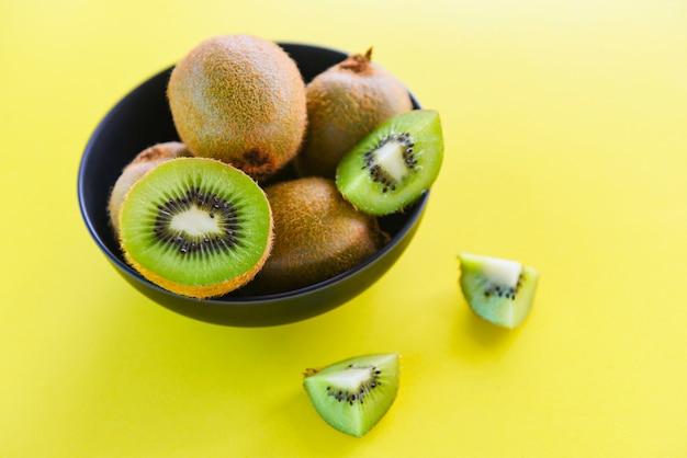 キウイスライスボウル - テーブルの上の新鮮なキウイフルーツ