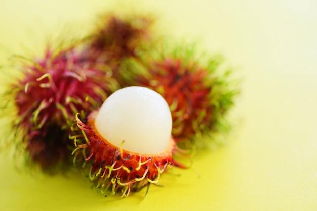 ランブータン皮をむいた - タイの庭から新鮮なランブータン夏の果物