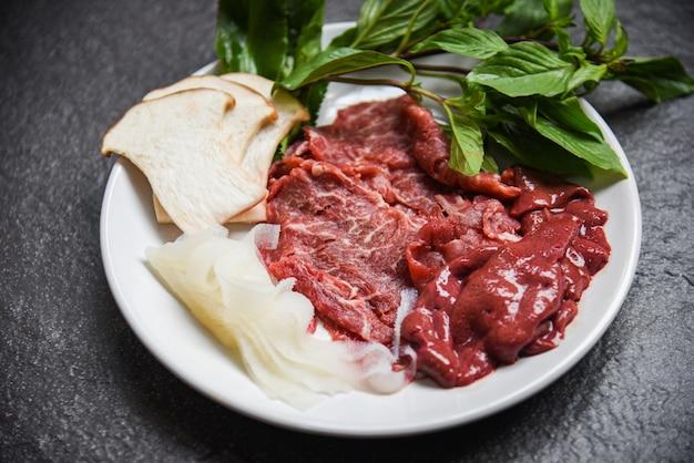 Набор из мяса говядины с ломтиками печени и грибами для вареных сукияки или шабу-шабу японская кухня азиатская кухня - свежая говяжья сырая