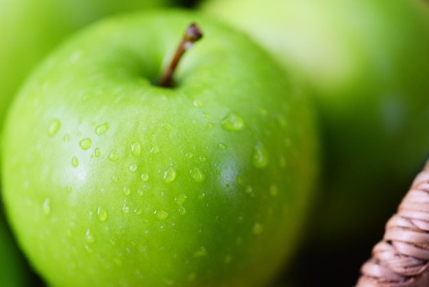 Яблоки свежие зеленые - урожай яблок в корзине в саду фруктовый зеленый
