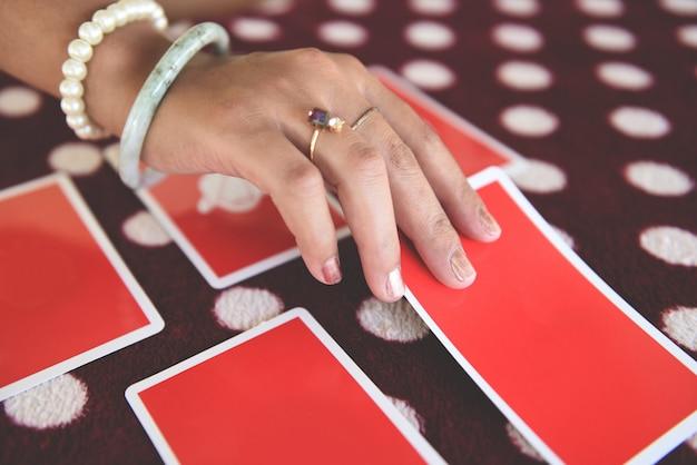占いを読むタロットカード