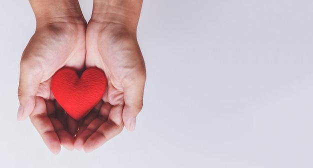 慈善のための手に心