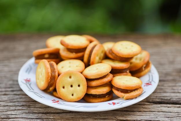 木製テーブルの上のジャムパイナップルと自家製クッキー