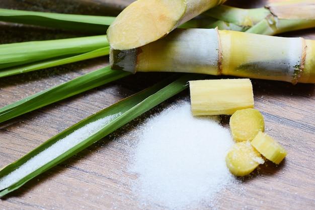 サトウキビとテーブルの上の白砂糖