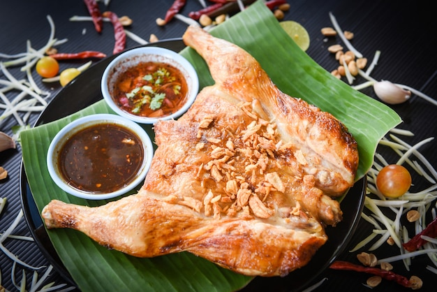 Салат из папайи и курица-гриль с соусом
