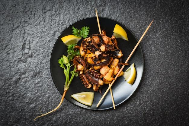 タコのサラダレモンハーブとスパイス触手イカグリル前菜