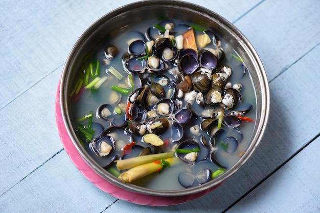 ハーブとスパイスで調理したアサリ貝などのしじみ貝淡水二枚貝