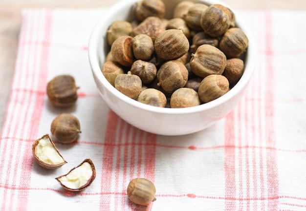 テーブルの種カスタネアまたはタイと日本のアジアのボウルで調理されていない栗
