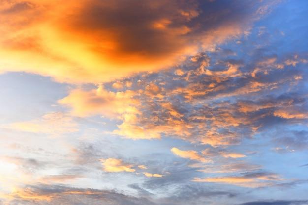 劇的な空の夕焼けや日の出