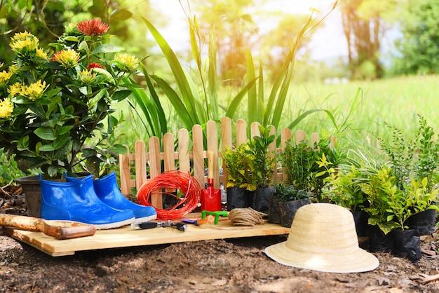 花を植える準備ができている土壌の背景にガーデニングツール