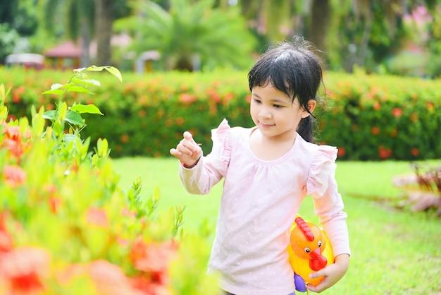 Ребенок с удовольствием на улице