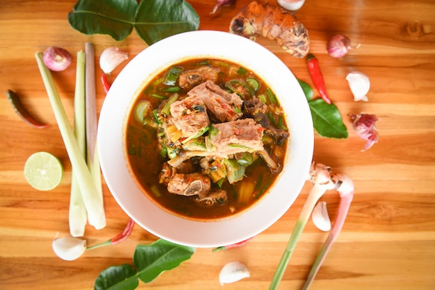 豚カルビの辛いスープ/豚骨と辛酸っぱいスープボウル