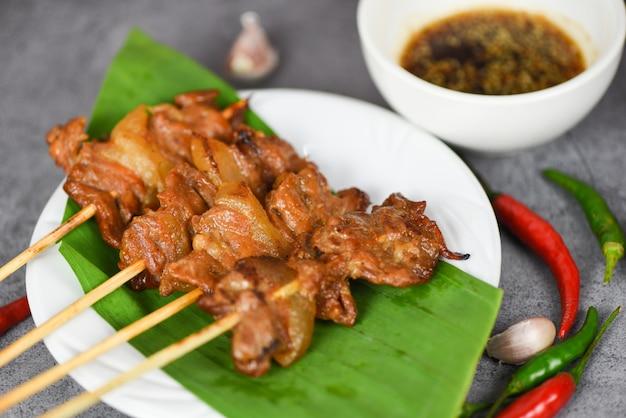 Свинина-гриль по-тайски в стиле уличной еды шашлык из свинины на гриле на банановом листе