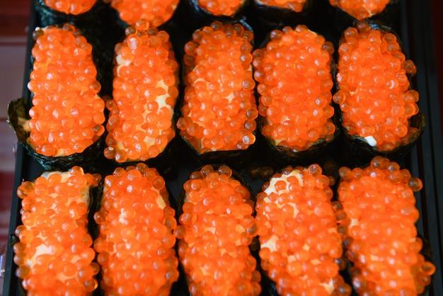 Красная икра японская еда суши-ролл с рисовым крем-соусом нори в ресторане суши-меню ресторана сашими