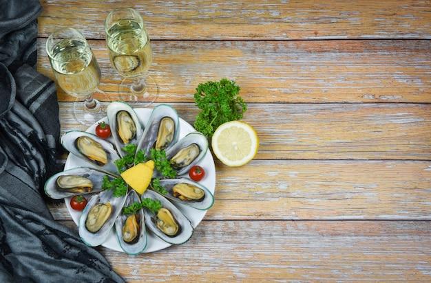 テーブルの設定でレモンパセリとハーブとムール貝-