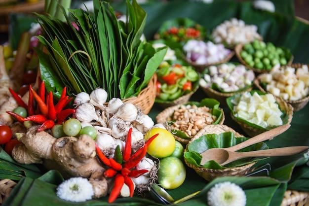 トムユーのためのハーブとスパイスの材料、スパイシーなスープ、新鮮な野菜