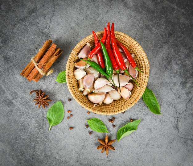 ハーブとスパイスの材料タイ料理アジアのスパイシーなスープ